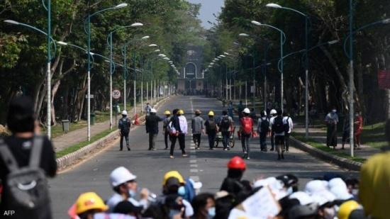 """شركة فيسبوك """"تعاقب"""" جيش ميانمار"""