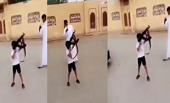 بالفيديو.. طفل يعبث بسلاح وسط تشجيع الشباب