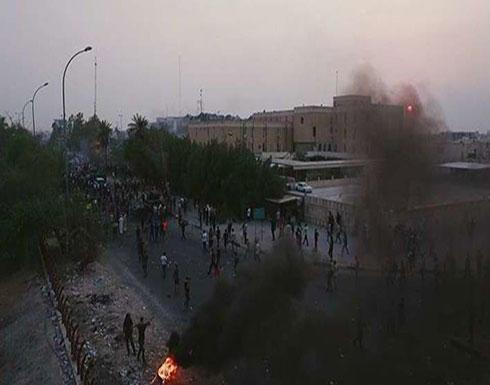 شاهد : العراق... متظاهرون يحاولون اقتحام مقر الحكومة