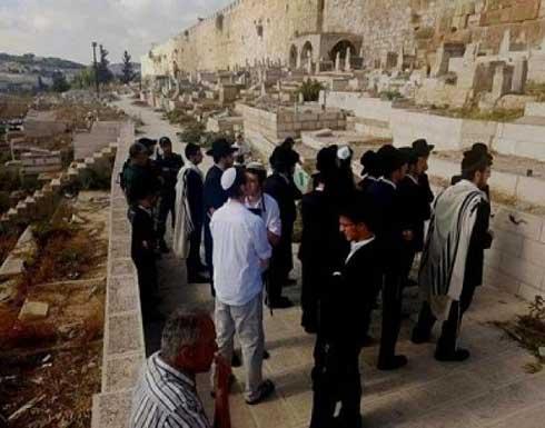 مستوطنون يقتحمون مقبرة باب الرحمة المحاذية للأقصى .. بالفيديو