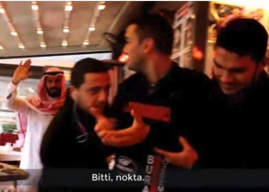 """بالفيديو: الشيف """"بوراك"""" بحالة ذهول ورعب بعد أن أجبره مليونير """"عربي""""على بيع مطعمه !"""