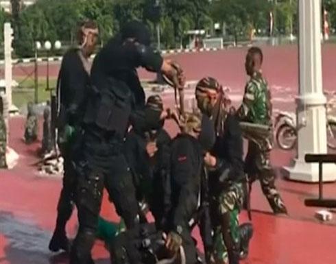 """شاهد .. القوات الخاصة الإندونيسية تلتهم """"الكوبرا"""" أمام وزير الدفاع الأمريكي"""