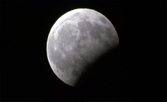 شاهد.. صور لخسوف القمر الجزئي مساء الاثنين.. والمسجد الحرام يؤدي الصلاة