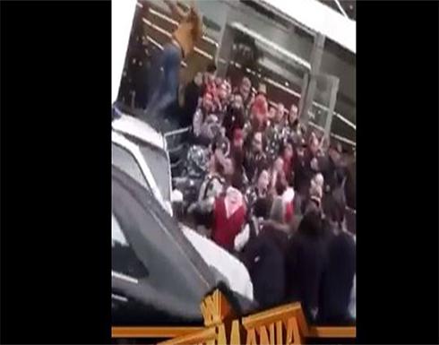 """بالفيديو: حلبة """"WWE"""" أمام أحد المصارف.. """"جون سينا لبنان"""""""