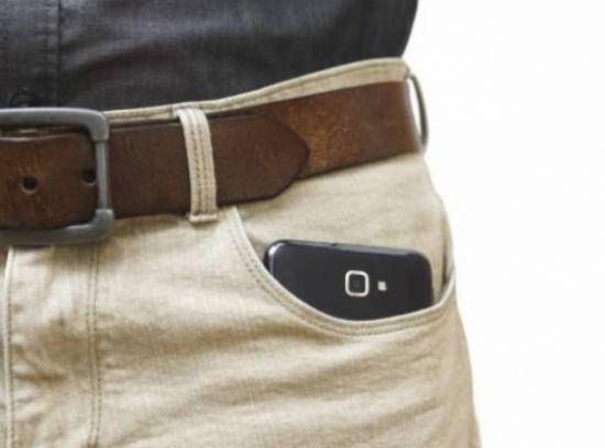 خبر هامّ للرجال: لهذه الاسباب لا تضعوا الهاتف في جيب السروال