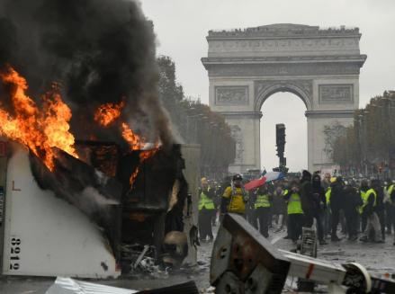 شاهد .. اشتباكات بين المتظاهرين والامن بفرنسا