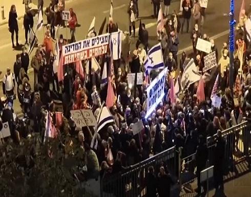 آلاف الإسرائيليين يتظاهرون للمطالبة باستقالة نتنياهو على خلفية اتهامات بالفساد