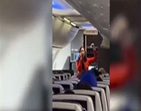 مضيفة طيران توضح تعليمات السلامة بطريقة الراب (فيديو)
