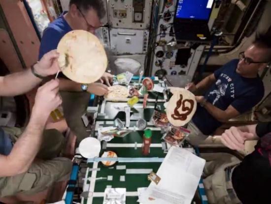 بالفيديو- كيف يمكن أن يبدو إعداد البيتزا في الفضاء !