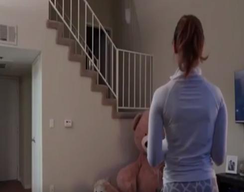 زوج يخيف زوجته باختبائه داخل دمية دب عملاق