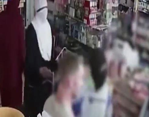 بالفيديو: أرادوا سرقة محلِّه.. فكيف تصرّف؟!