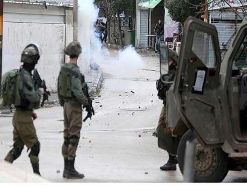 شاهد : اشتباكات واعتقالات بالضفة ومستوطنون يقتحمون الأقصى
