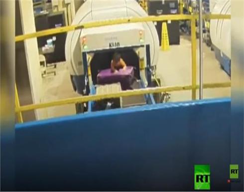 فيديو| 5 دقائق من الجحيم.. رحلة خطيرة لطفل في مطار أمريكي
