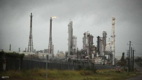 النفط يواصل مكاسبه بدعم انخفاض الدولار