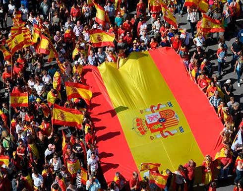 عشرات الآلاف يحتجون في برشلونة ضد استقلال كاتلونيا عن إسبانيا