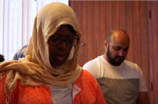 شاهد: صلاة مختلطة في مسجد بأمريكا.. إليك دوافع المشرفة عليه!