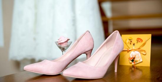 أجمل الإكسسوارات المخمليّة لإطلالة أنيقة أثناء حضورك حفل زفاف!