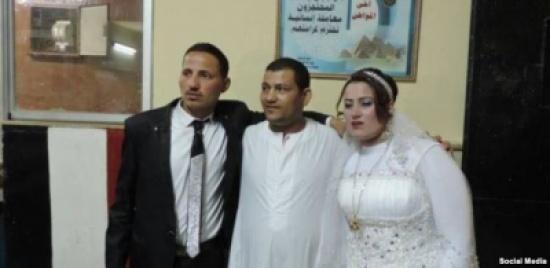 """إدارة القسم وزعت المشروبات.. عروس مصرية تصر على إكمال زفافها بقسم الشرطة """"شاهد"""""""