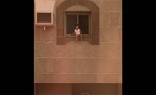 لحظة إنقاذ طفل علق على حافة نافذة من السقوط (فيديو)