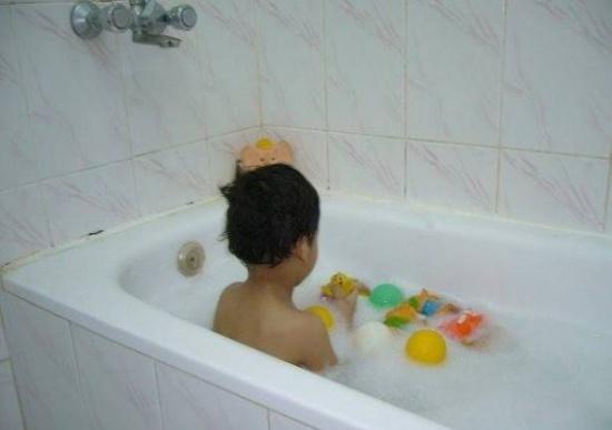 حذير للأمهات.. توفي ابنها بعد ساعة من الاستحمام!