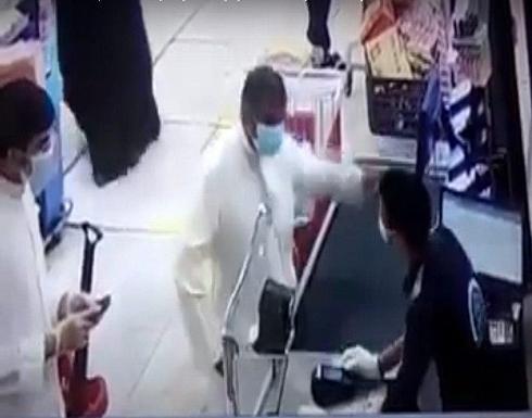 بالفيديو : إلقاء القبض على كويتي اعتدى بالضرب على وافد مصري