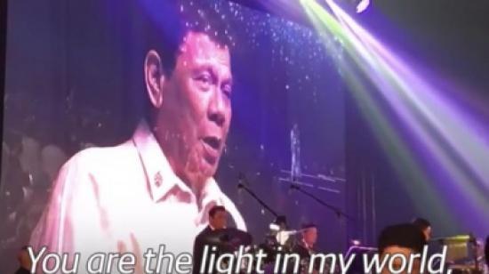 شاهد.. رئيس الفلبين يدندن أغنية رومانسية بطلب من ترمب