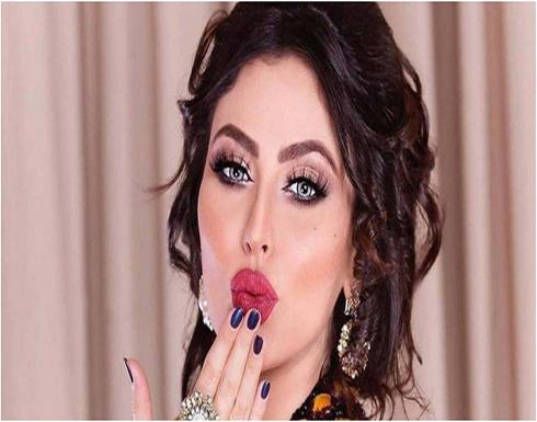 طائر ينقر شفاه مريم حسين أمام أنظار متابعيها .. والأخيرة تصعق الجمهور .. صورة