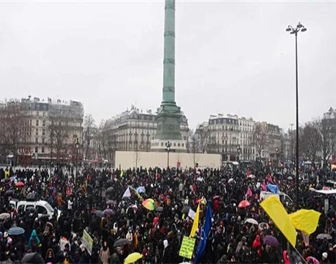 شاهد : اشتباكات بين الشرطة الفرنسية والمتظاهرين بكرات الثلج وقنابل الغاز