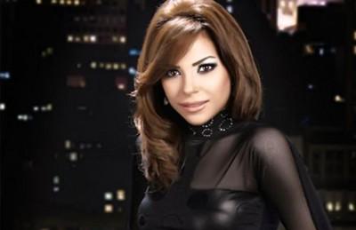 زوج الفنانة المصرية ألفت عمر يعتذر لها على شاشة إعلانية ضخمة