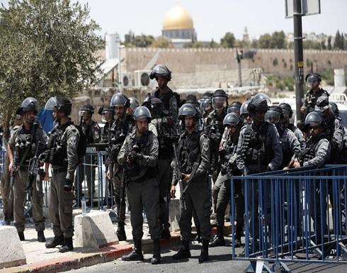 شاهد : شرطة الاحتلال تحاول خنق شاب فلسطيني بالقدس