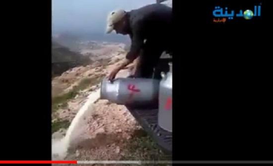 بالفيديو .. شاهد مربي ابقار اردني يدلق الحليب في الوادي احتجاجاً على الأسعار
