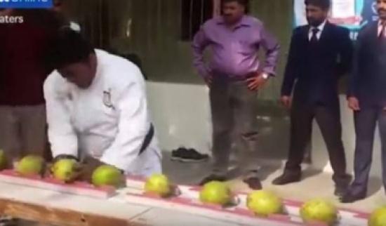 شاهد.. باكستاني يكسر برأسه 43 حبة من جوز الهند!!