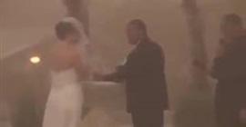 بالفيديو.. عاصفة ترابية تفاجئ عروسين وتفسد حفل زفافهما