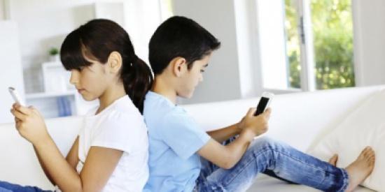"""استخدام الأطفال للهواتف الذكية يصيبهم بـ""""الحوَل"""""""