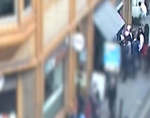 مشهد صادم.. أوسعه ضربا دون أن يتدخل أحد (فيديو)
