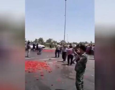 عراقيون يرمون بضاعتهم في الشارع احتجاجا على استمرار الاستيراد .. بالفيديو