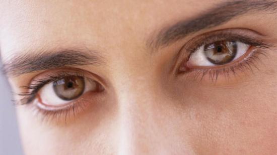 كيف تحمي عينيك من المياه البيضاء أو اعتام العين؟