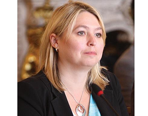 وزيرة بريطانية تثير الجدل بحضورها مجلس العموم بملابس غير لائقة شبه عاري