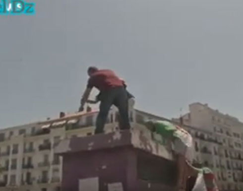 شاهد :  متظاهر جزائري يحاول إشعال النار في نفسه خلال مظاهرات يوم الجمعة