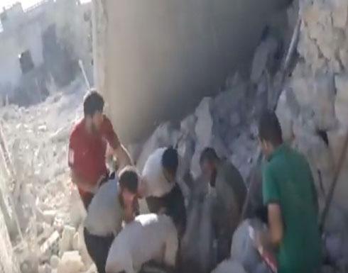 شاهد : لحظة انتشال الشهداء والجرحى من تحت الأنقاض بعد قصف طائرات الاحتلال الروسي قي إدلب