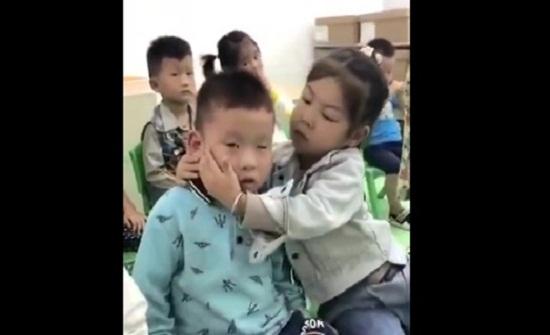 طفلة تعبر عن حبها لصديقها بالفصل بطريقتها الخاصة (فيديو)