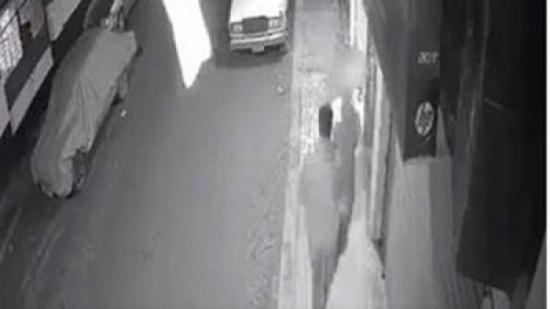 مصر : لمس جسدها.. شاب يتحرش بفتاة أثناء سيرها في الشارع   فيديو