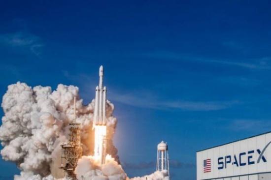 """قمر عملاق في طريقه إلى الفضاء.. """"سبيس أكس"""" فعلتها!"""