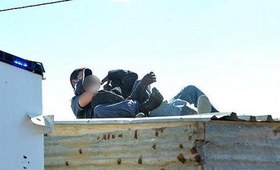 بالصور.. أب يلقي طفلته من فوق سطح منزله