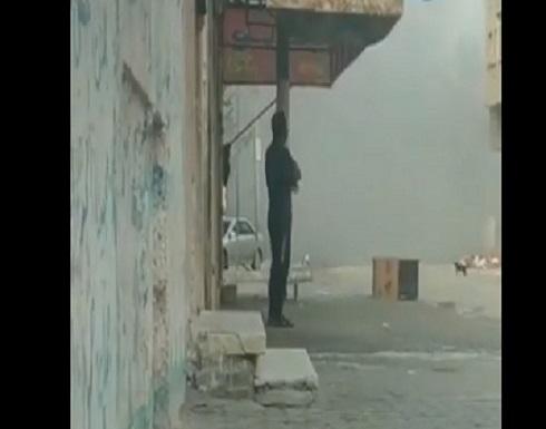 شاهد :  شاب فلسطيني لم يتحرك من مكانه بعد سقوط صاروخ مدمر