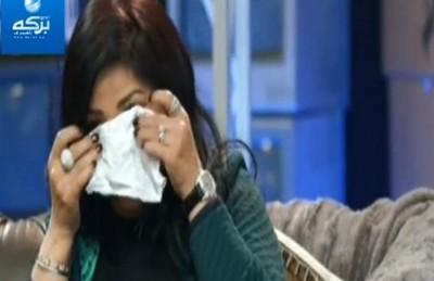 الفنانة نوال تبكي على الهواء بعد اتصال من شقيقتها المريضة