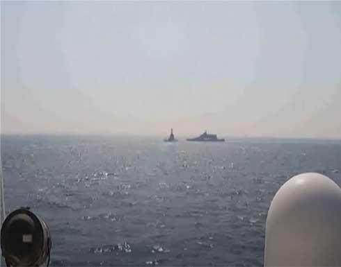 شاهد : سفينة إيرانية تقطع طريق سفينة حربية أمريكية في الخليج