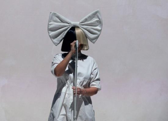 بالفيديو والصور.. ببغاء يثير ضجة بتقليد مغنية شهيرة