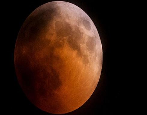 """""""ناسا"""" تعيد إحياء اكتشاف القمر بعد عثورها على الماء"""