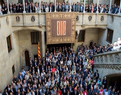 أكثر من 700 رئيس بلدية كتالونية يتظاهرون في تحد للدولة الإسبانية